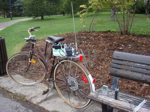Transmetteur FM et Antenne sur bicyclette dans le Parc Jarry