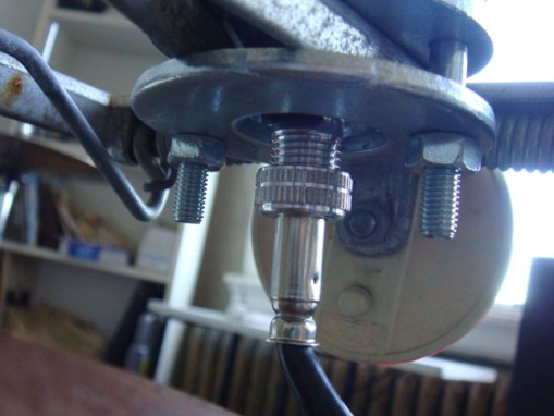 Fixation de l'antenne au bicycle (cable coaxial sort en bas)