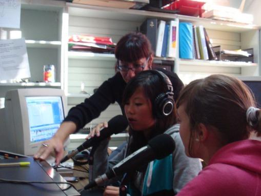 Magali avec deux jeunes animatrices douées